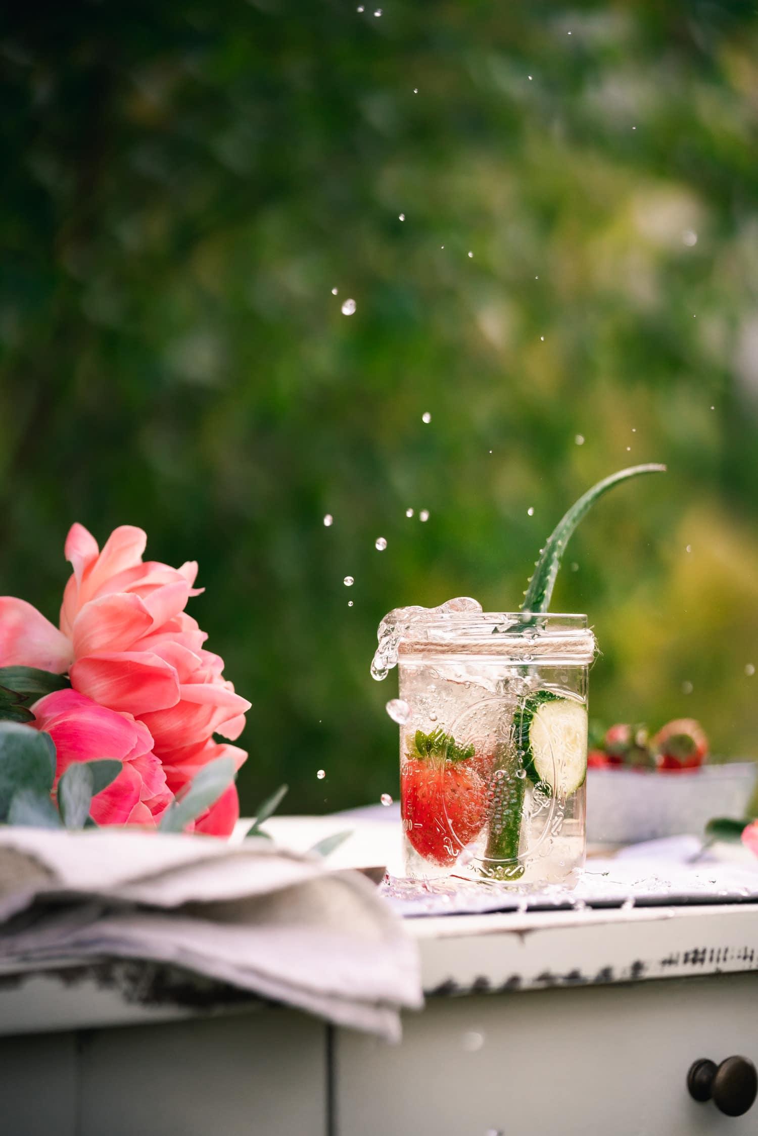 Wasser mit Geschmack: Aloe Vera Saft, Erdbeeren und Gurke
