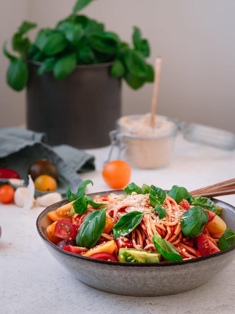 Veganer Parmesan auf Pasta mit Tomatensauce