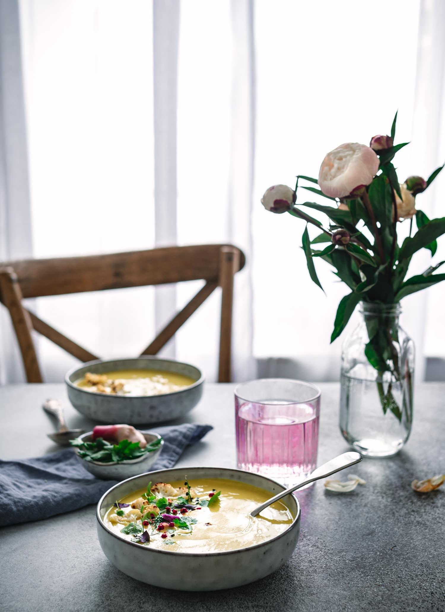 Kokossuppe mit Blumenkohl und ayurvedischen Gewürzen.