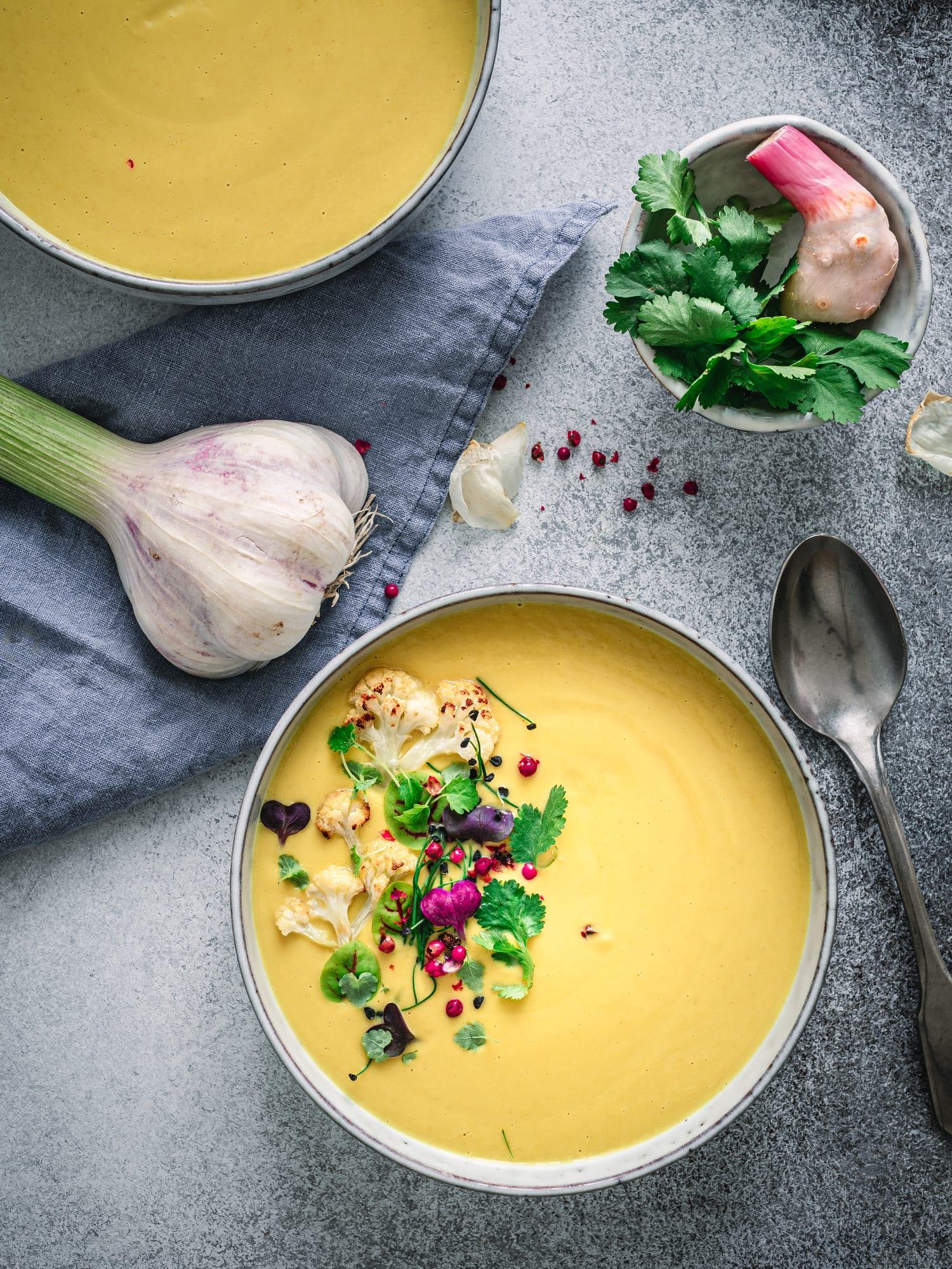 Kokossuppe mit geröstetem Blumenkohl und Kurkuma