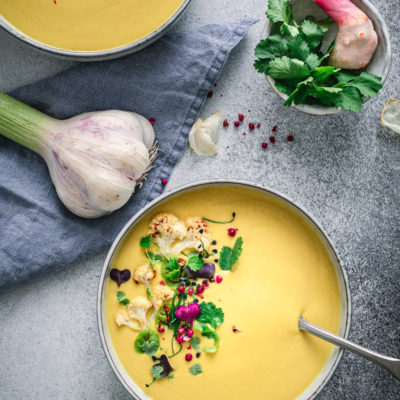 Ayurvedische Kokossuppe mit geröstetem Blumenkohl, Kurkuma & Miso