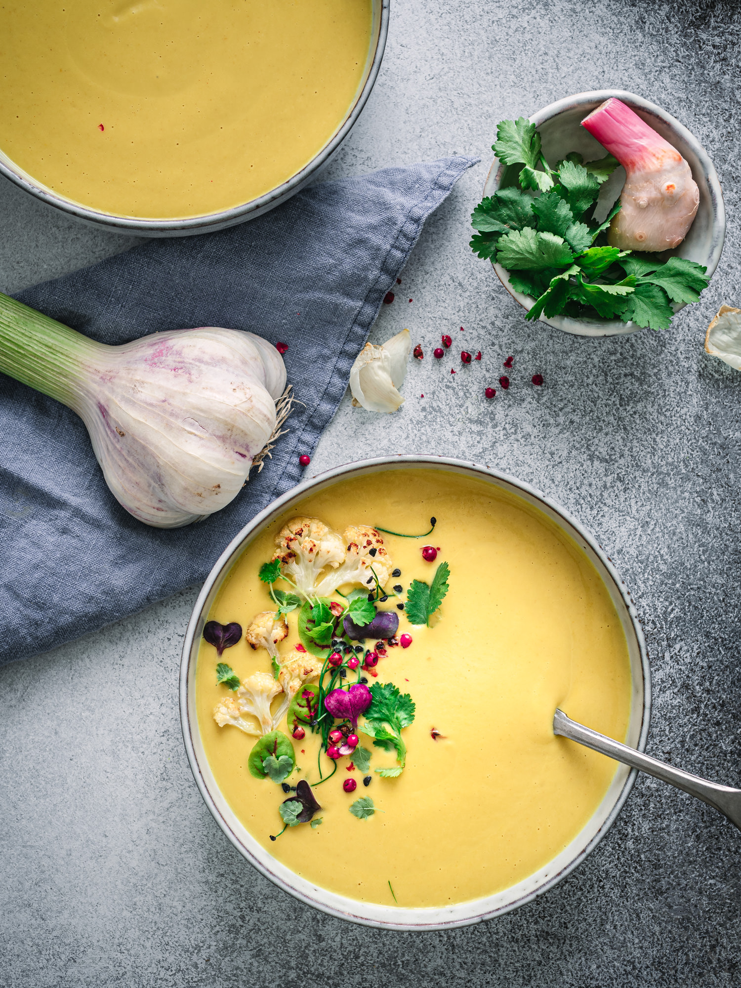 Teller mit ayurvedischer Kokossuppe