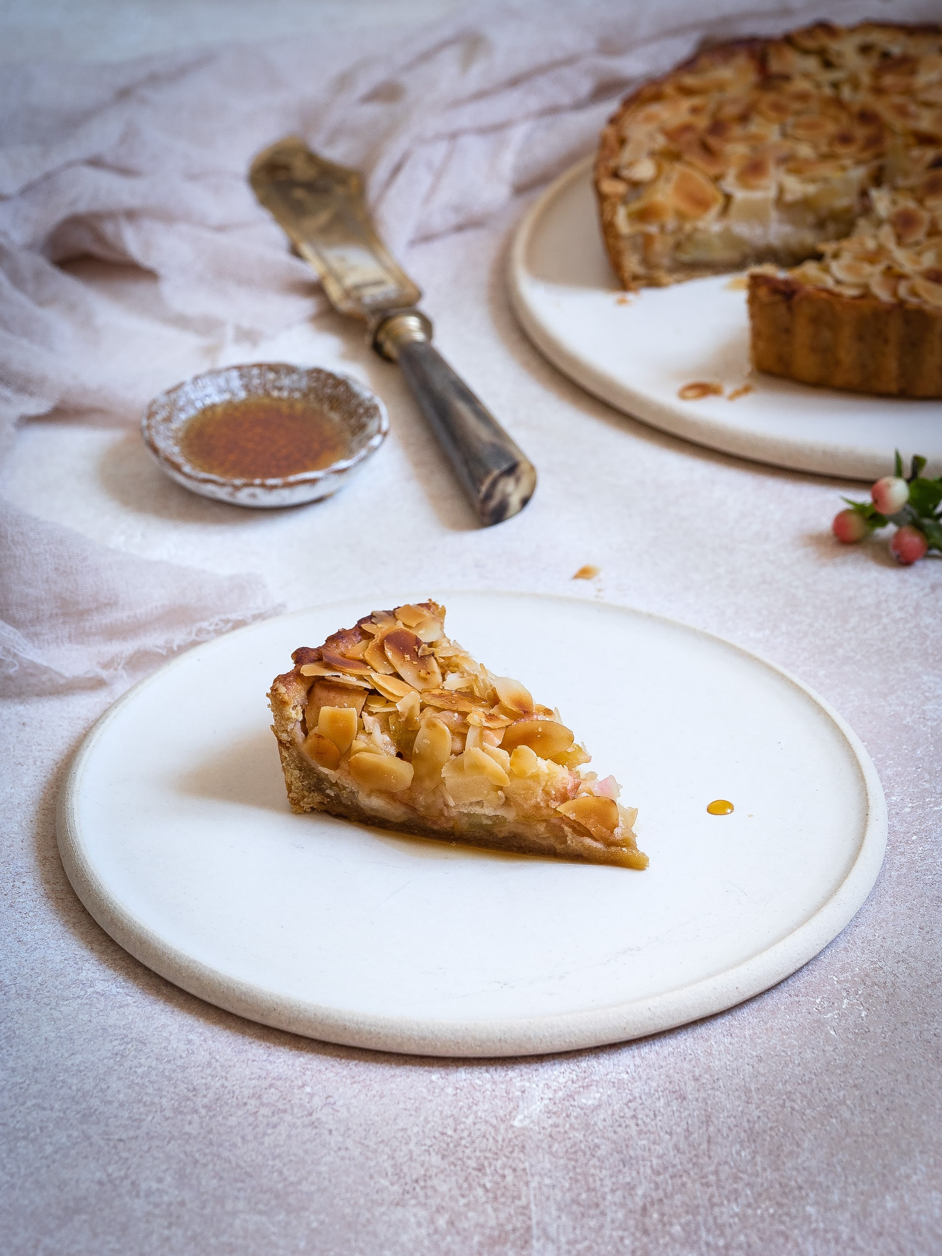 Schnelles Apfelkuchen Rezept mit Marzipan & ayurevdischem Jaggery