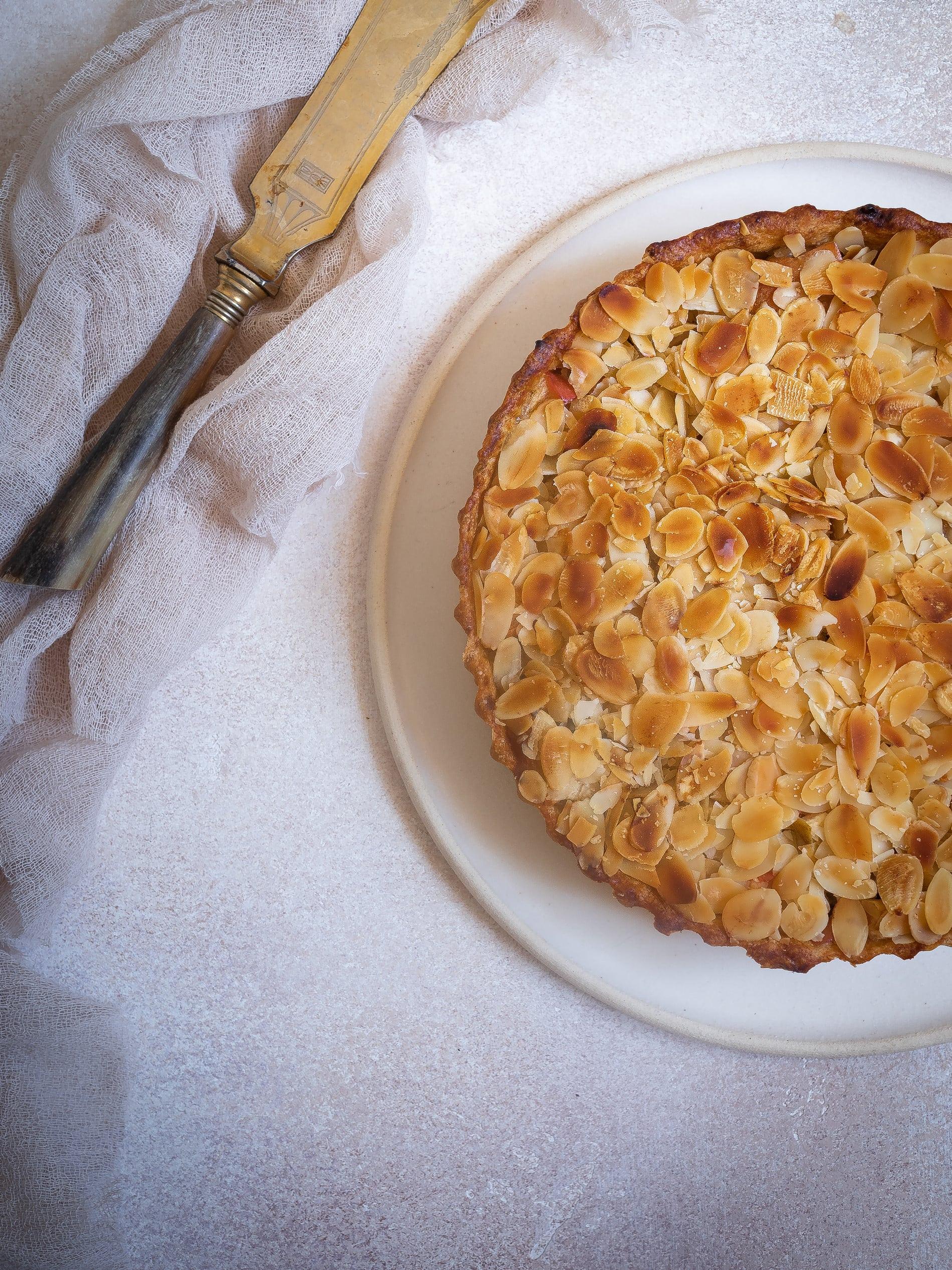 Apfelkuchen mit Marzipan. Einfach, saftig und mit Mandeln. Schneller Apfelkuchen. Vegan, Gesund, mit Zimt. @happymoodfood