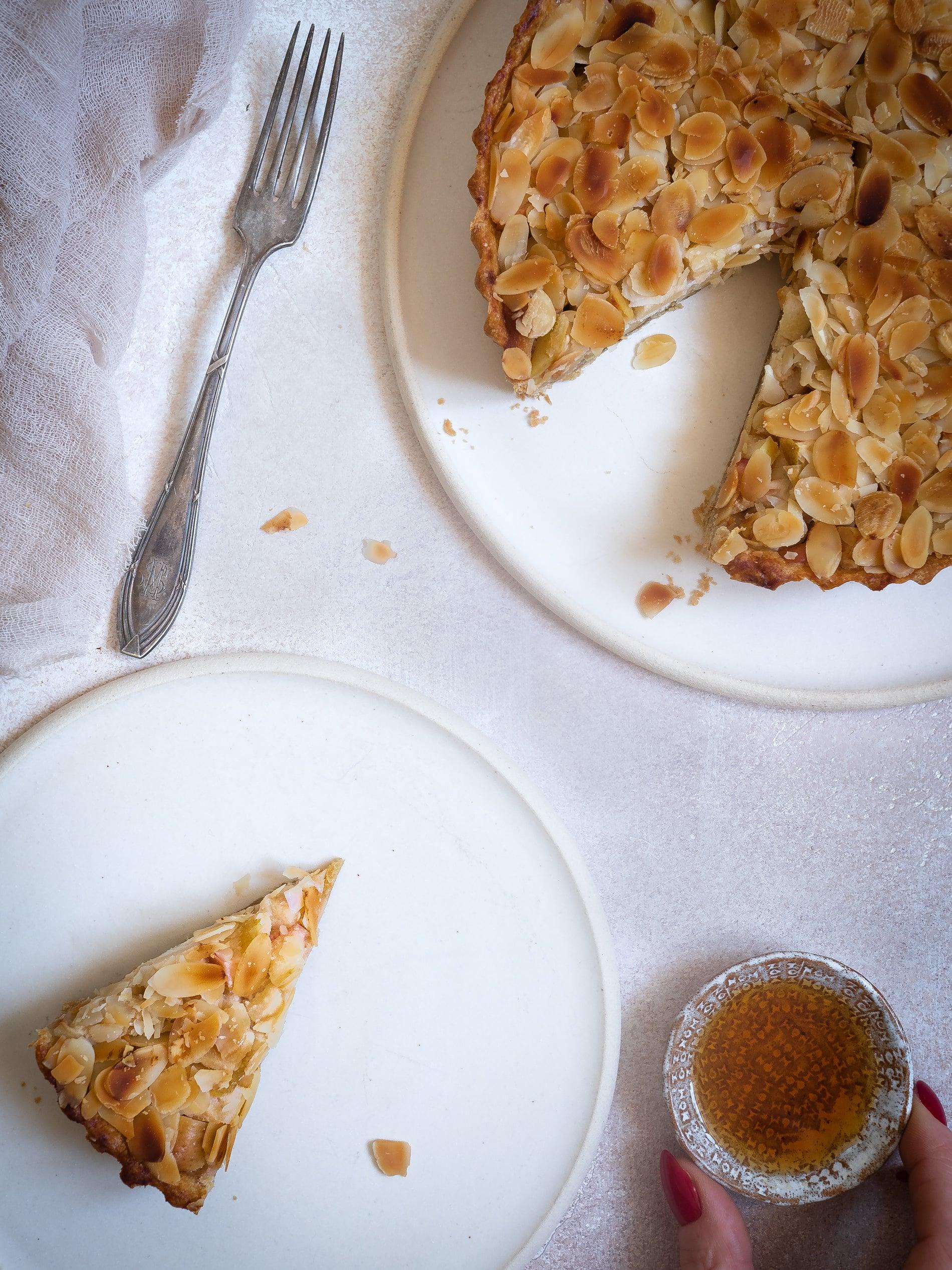 Apfelkuchen Rezept. Apfelkuchen mit Marzipan Einfach, saftig und mit Mandeln. Schneller Apfelkuchen. Vegan, Gesund, mit Zimt. @happymoodfood