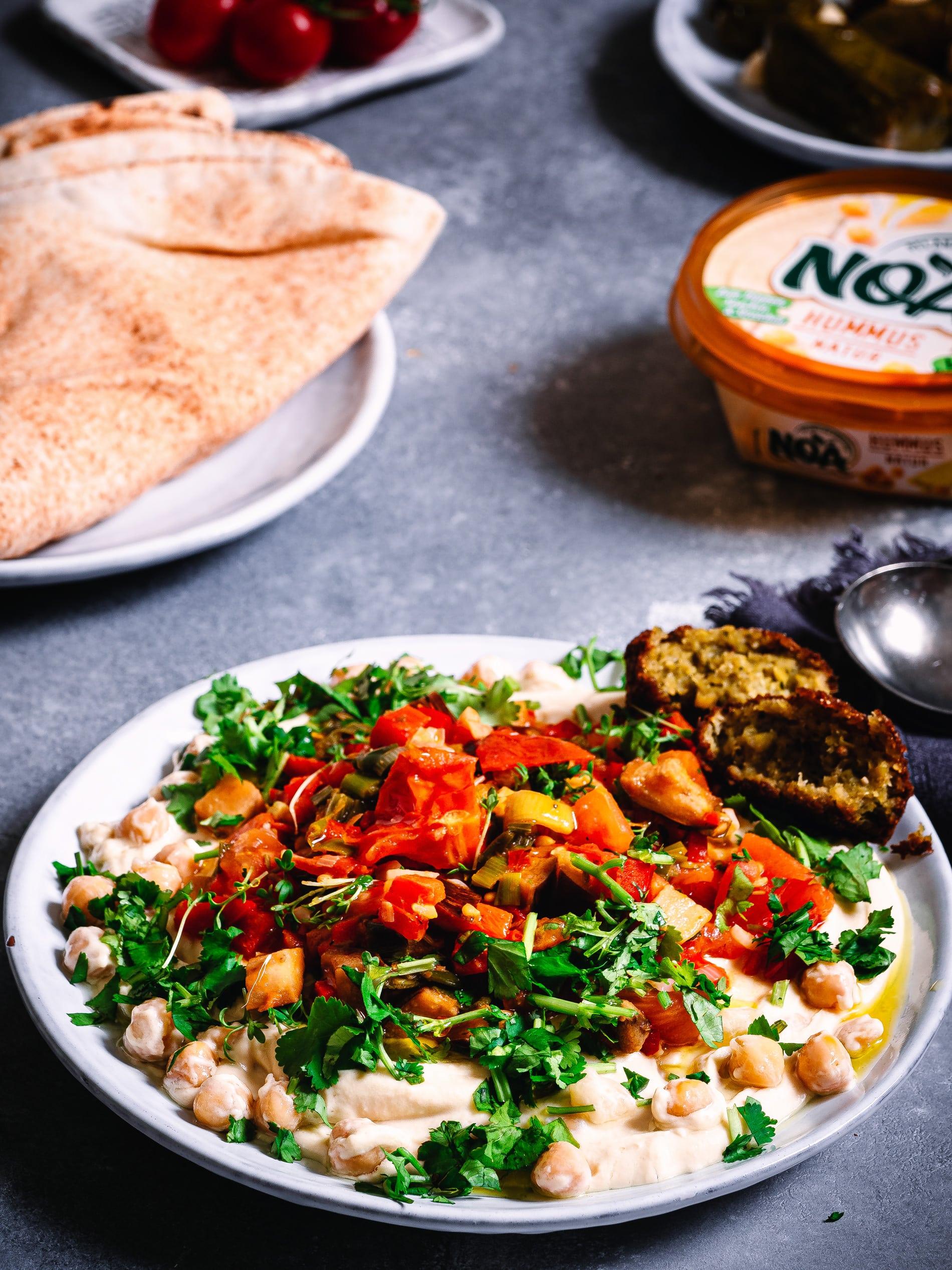 Teller mit veganem Shakshuka und Hummus