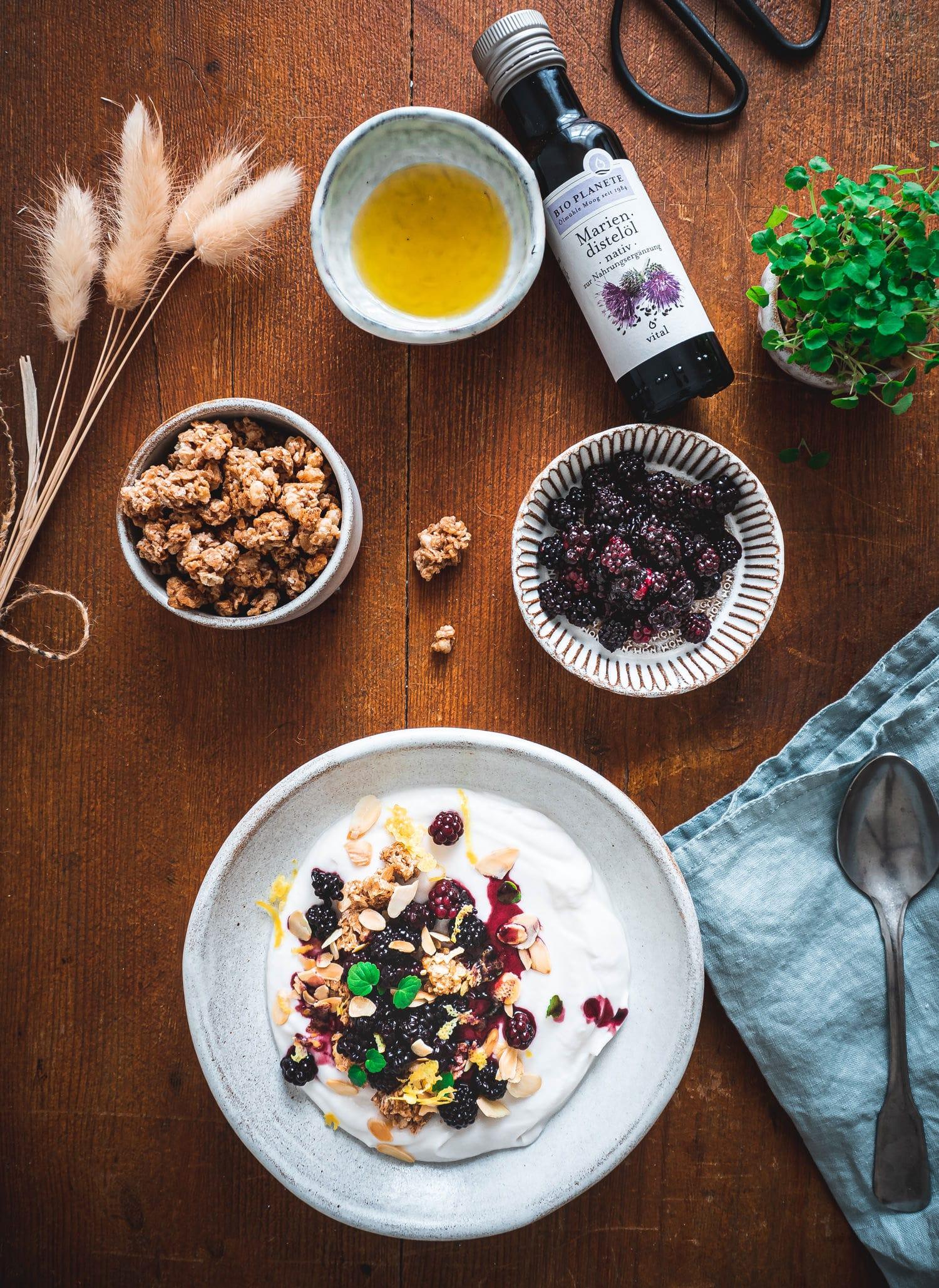 Gesundes Brombeeren Frühstücksrezept mit Mariendistelöl, Cashew Joghurt &Granola