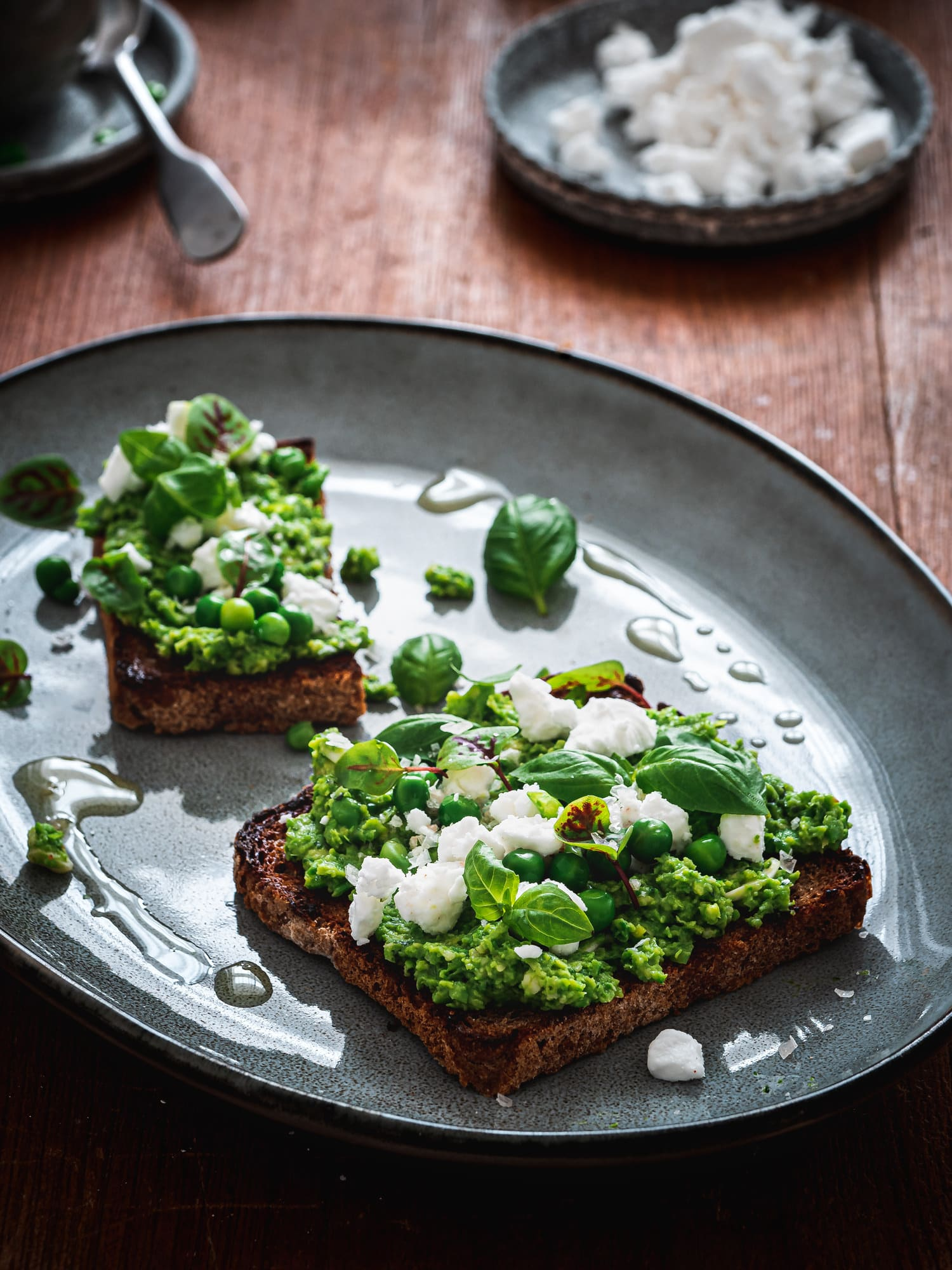 Erbsenpüree mit Basilkum, auf geröstetem Brot mit veganem Feta