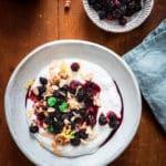 Brombeeren mit Haferjoghurt, Granola & Mariendiste