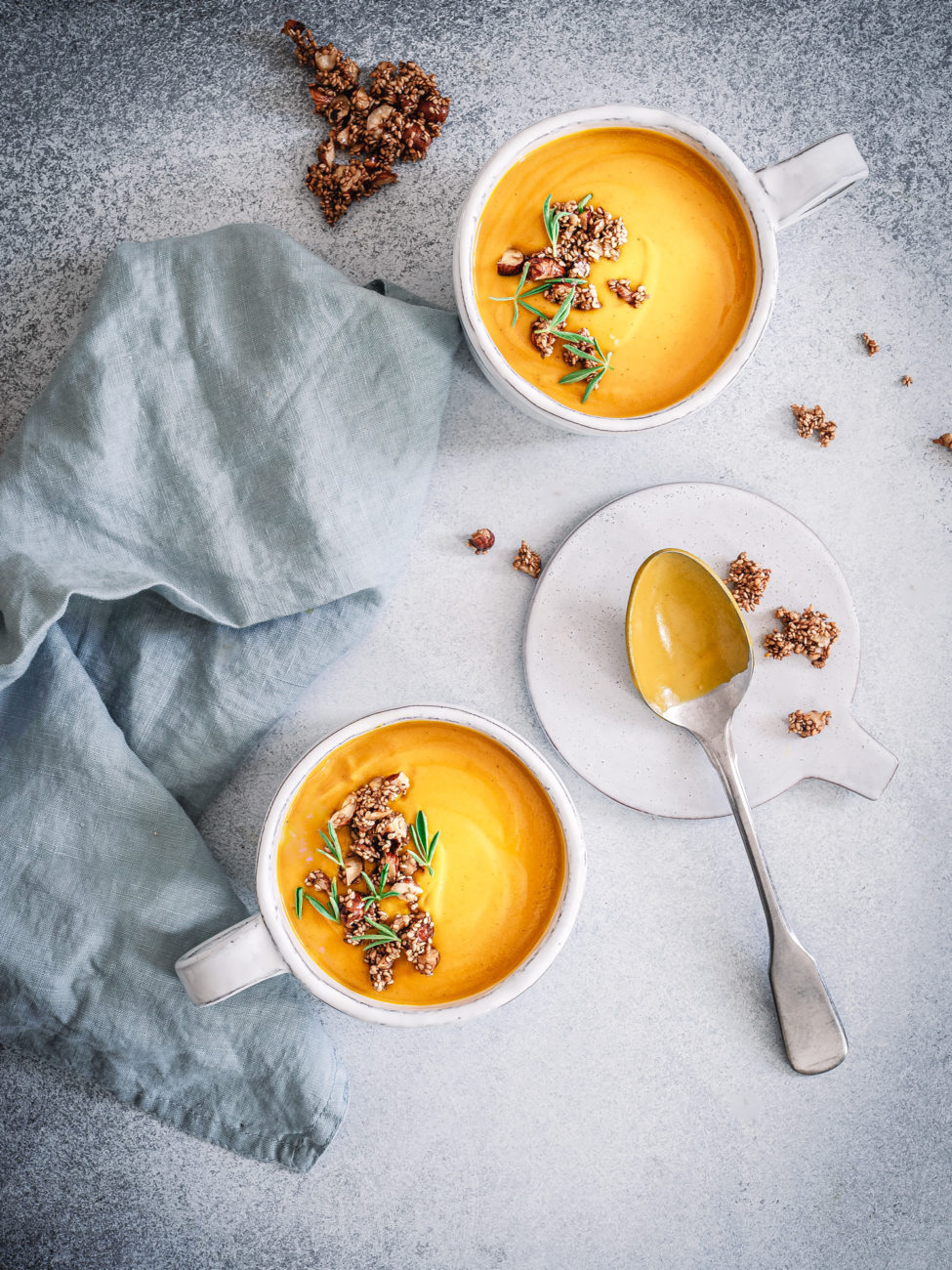 Suppe aus gerösteten Möhren mit Garam Masala und Schwarzkümmelöl
