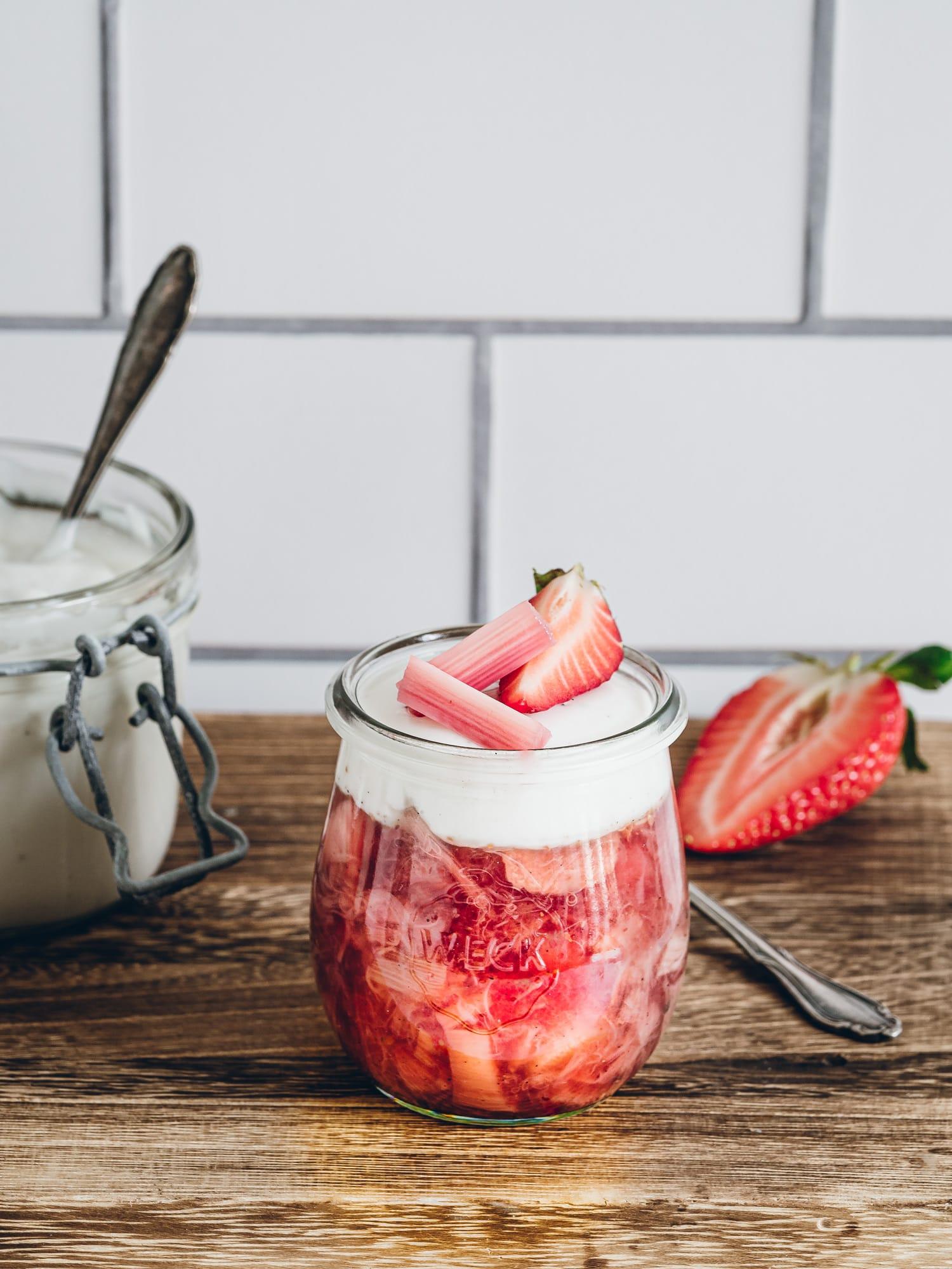 Rhabarber-kompott mit Erdbeeren Deko