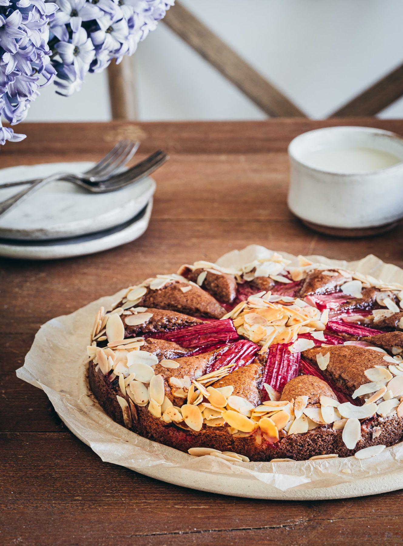 Rhabarberkuchen vegan und einfach. Mit Mandeln, Olivenöl & Hafermilch