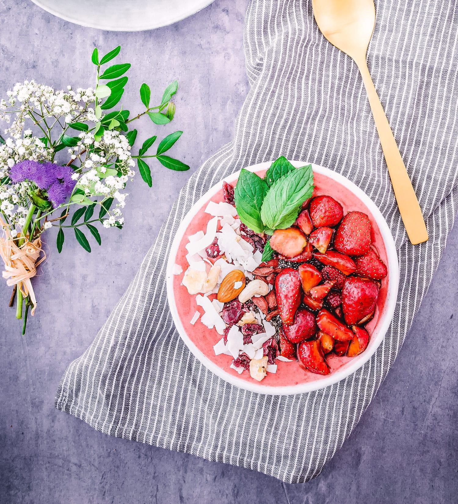 Smoothiebowl mit eingelegten Balsamico-Erdbeeren
