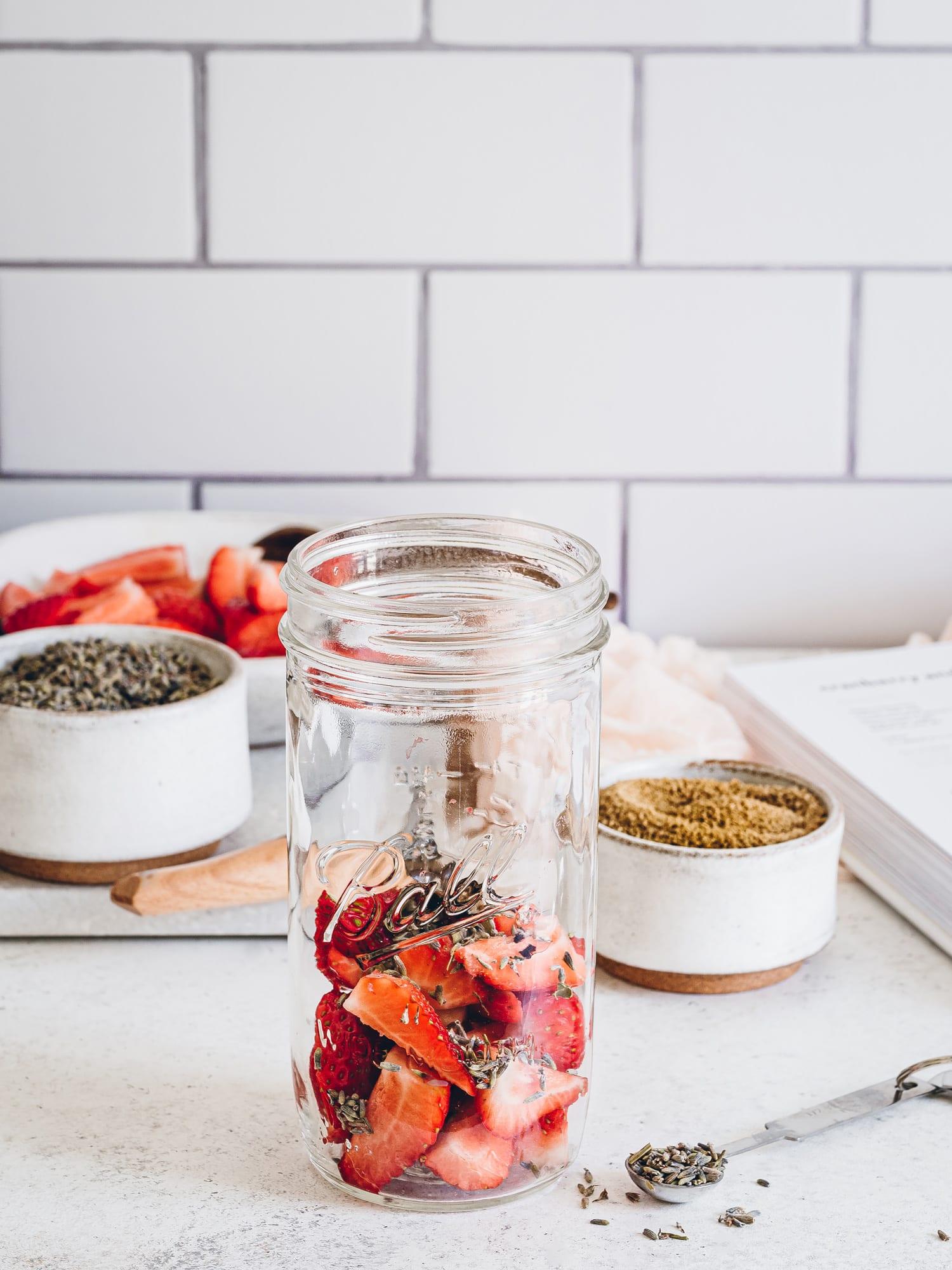 Lanvendel und Frische Erdbeeren für Lavende Erdbeer Gin