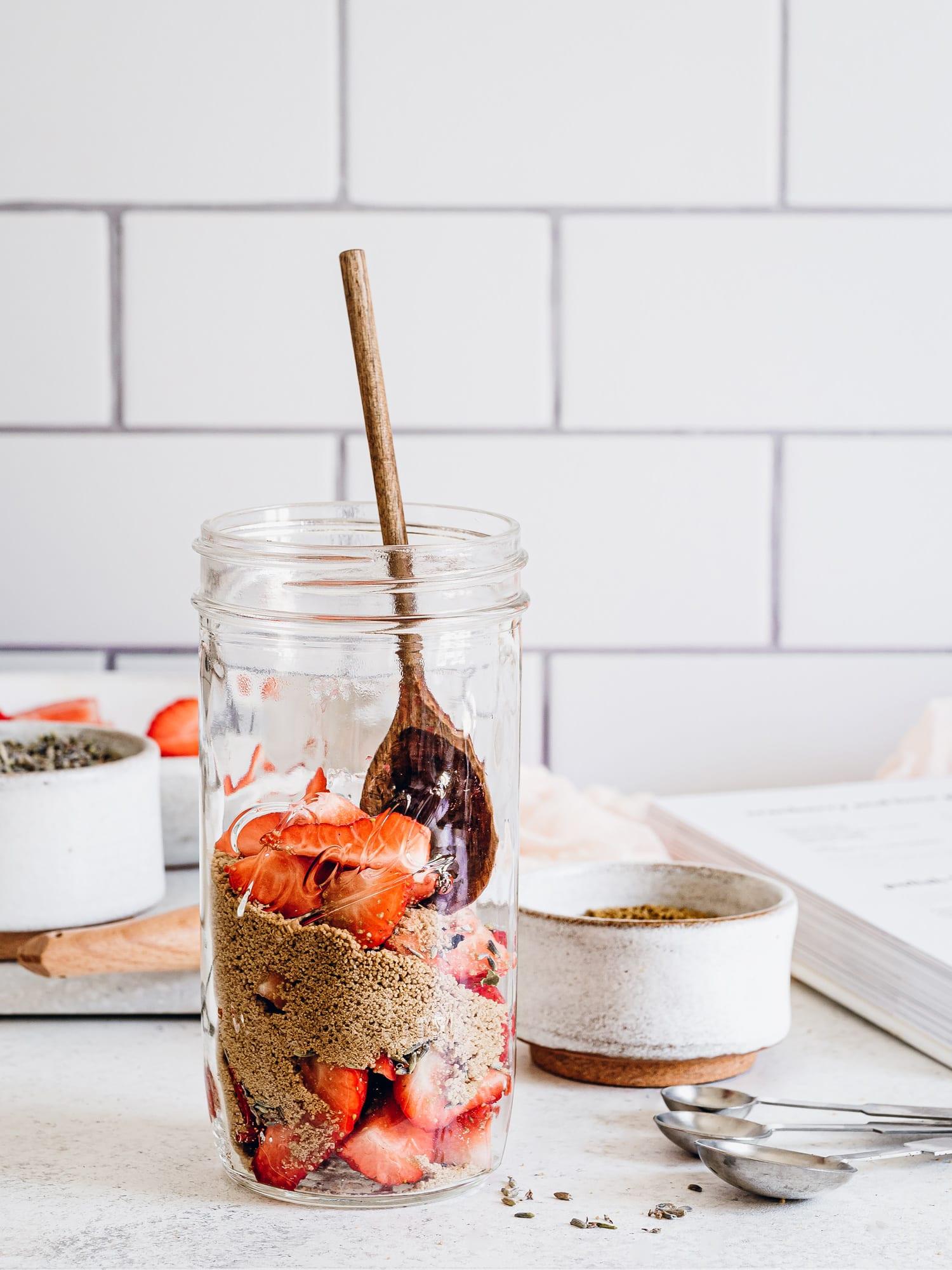 Brauner Zucker, Lavendelblüten und Erdbeeren im Glas