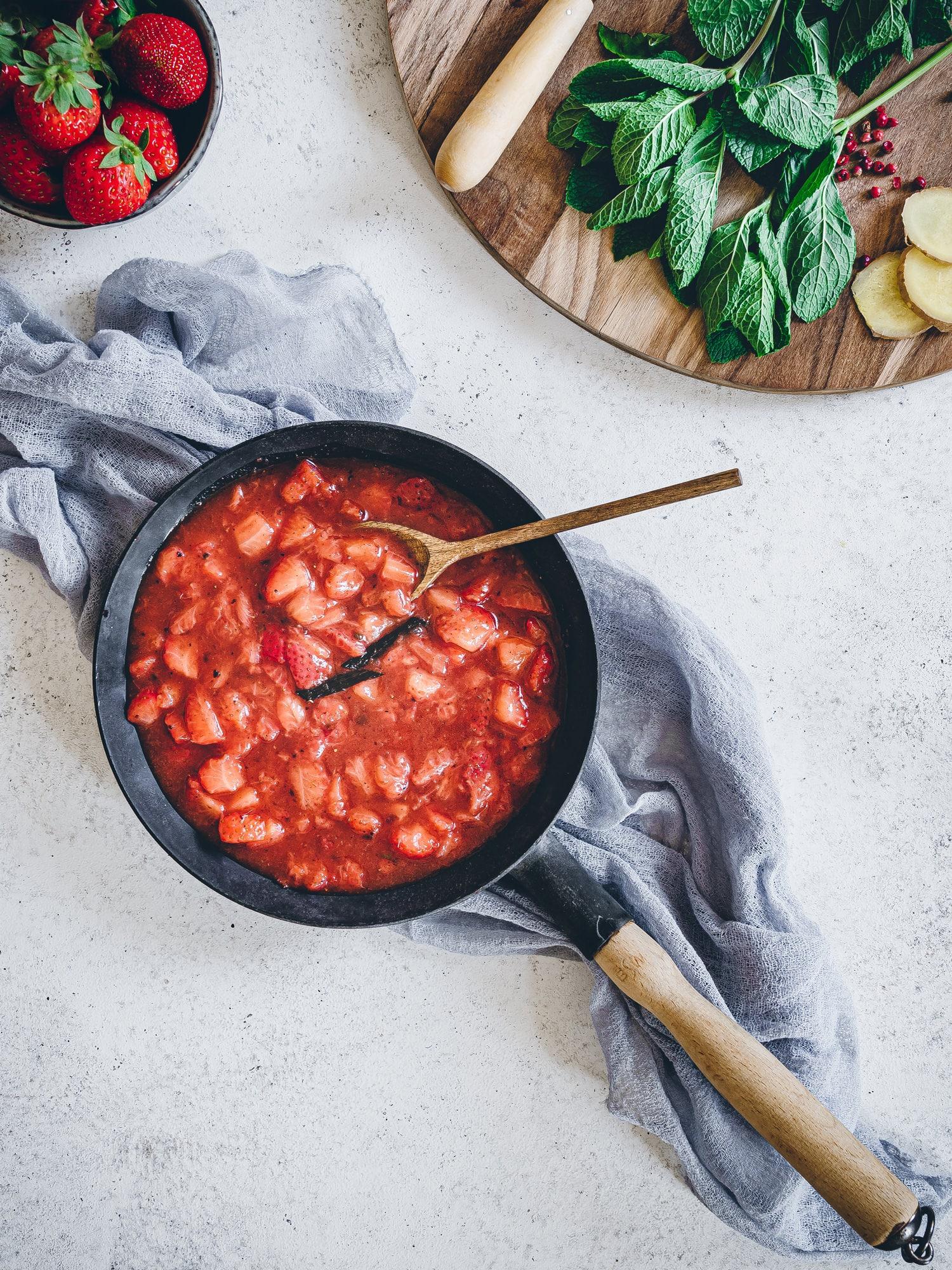Erdbeer-Chutney direkt in der PFanne zubereiten.