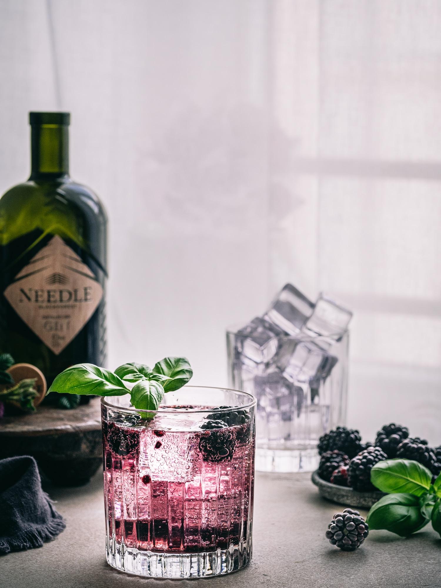 Gin Fizz Rezept ohne Tonic mit Needle Gin. Brombeer und Basilikum Gin Fizz. Gin Cocktail, einfach und lecker.
