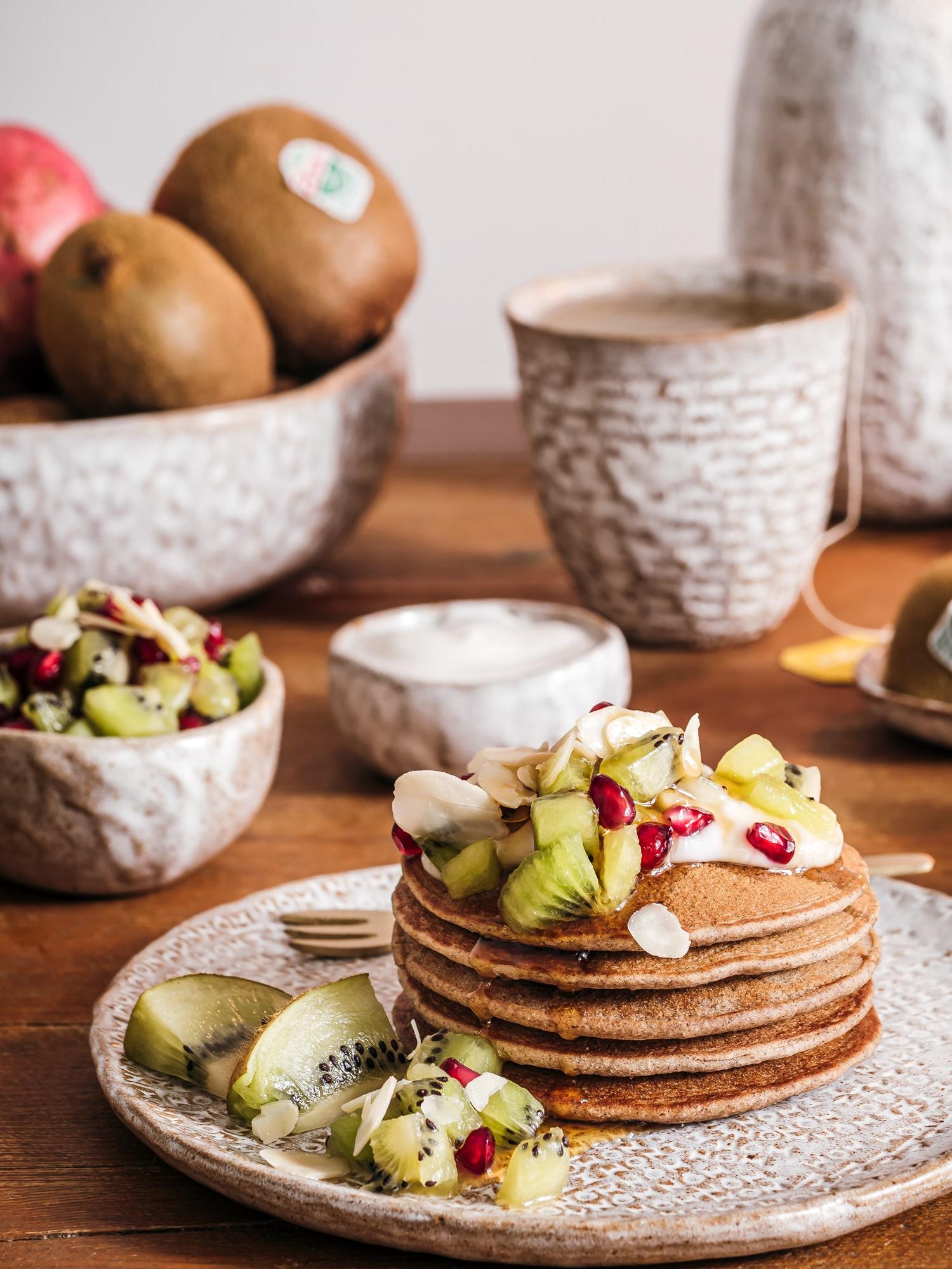 Gesunde Pancakes aus Buchweizen mit Green Kiwi-Granatapfelsalat