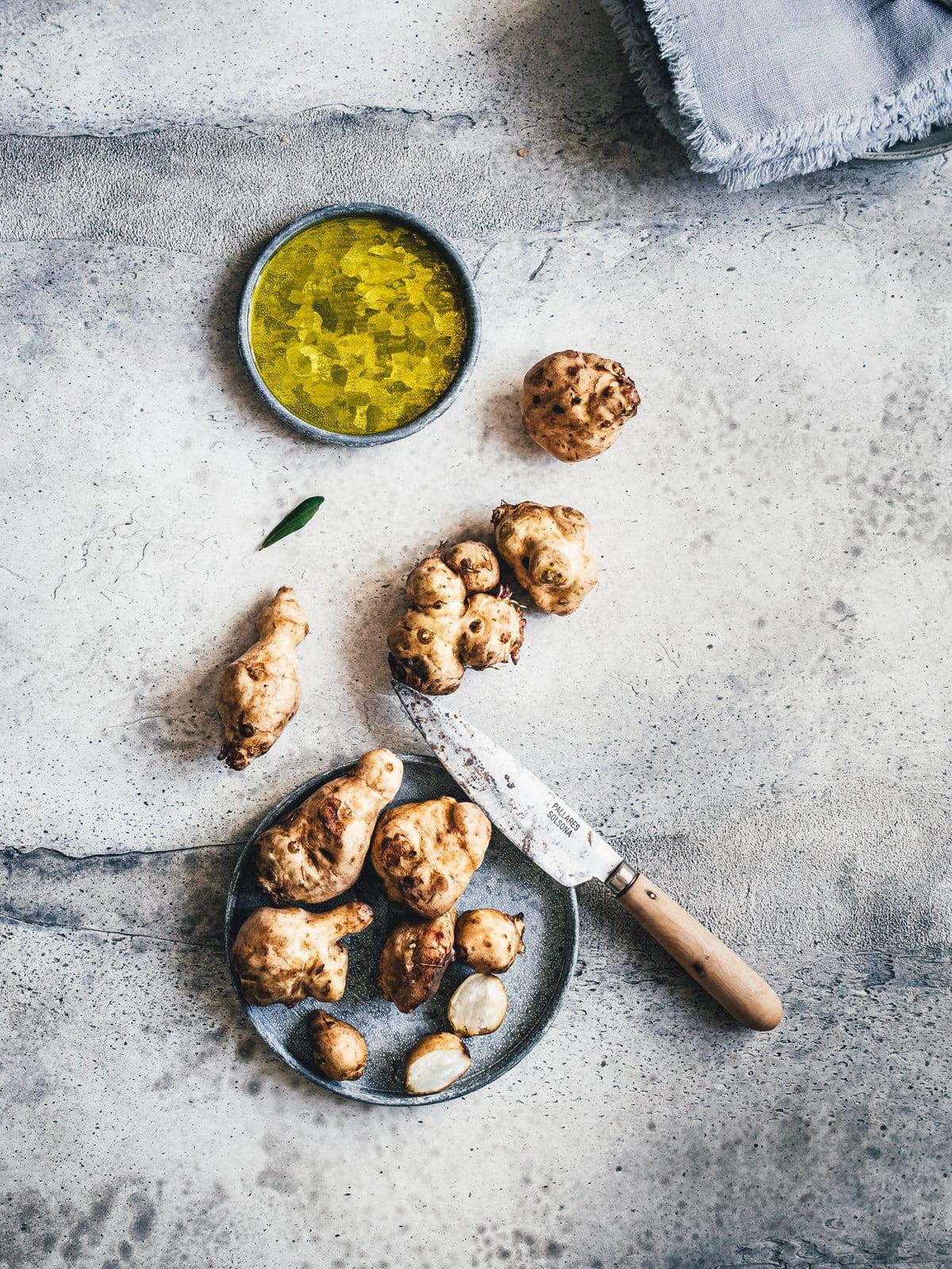 Topinambur Knollen und Olivenöl