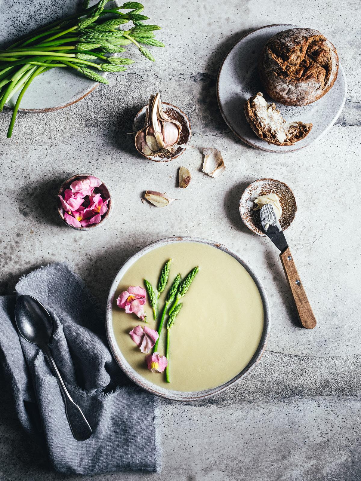 Vegane Spargelsuppe aus Spargelresten. Sattvisches Ayurveda Rezept ohne Ersatzprodukte. Mit grünem oder weißem Spargel.