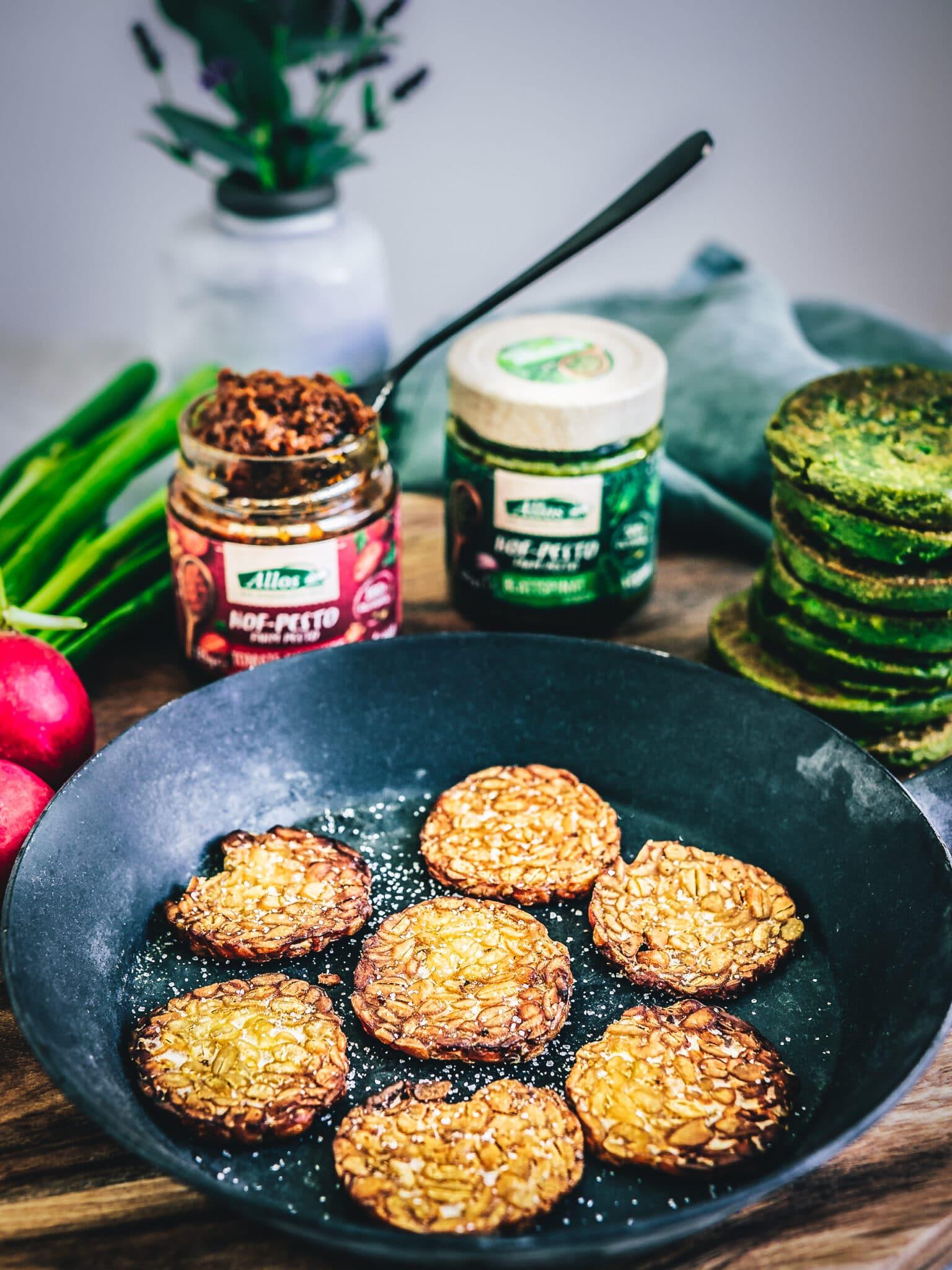 Tempeh für herzhafte vegane Pfannkuchen