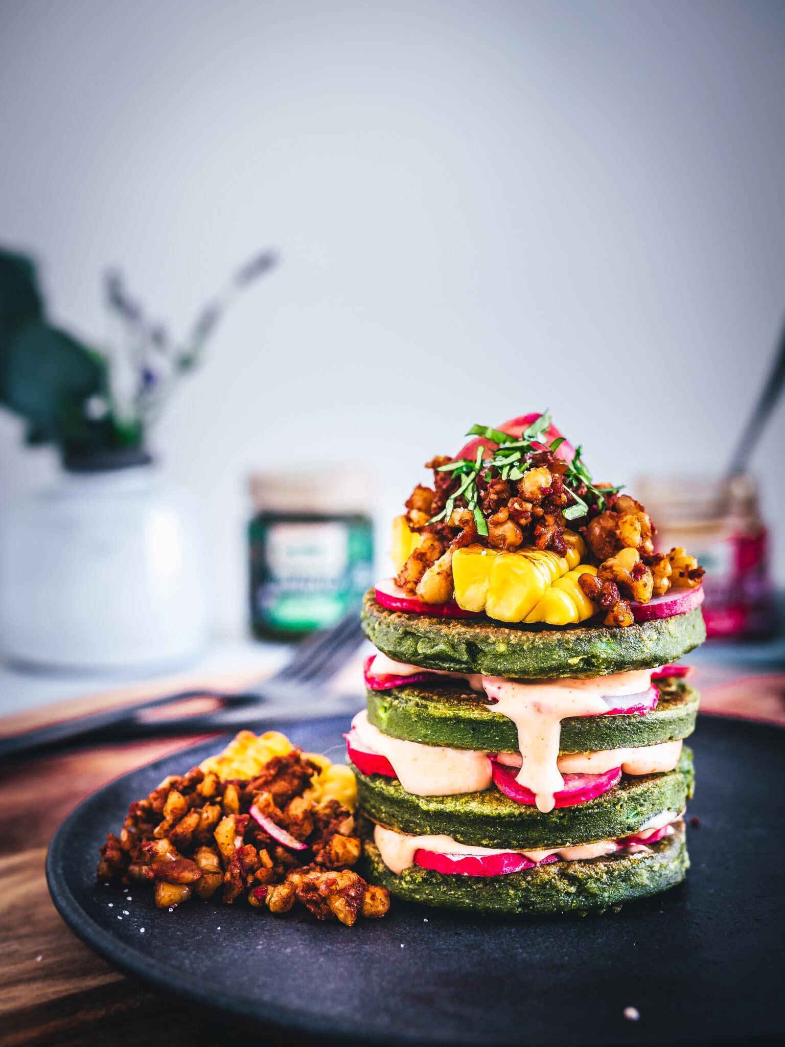 Herzhafte vegane Pfannkuchen mit quick pickle Radieschen, Tempeh Walnuss Crumble und Sriracha Mayo